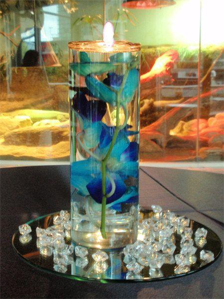 centros de mesa de flores sumergidas con velas flotantes y cuentas en acrilico alredor