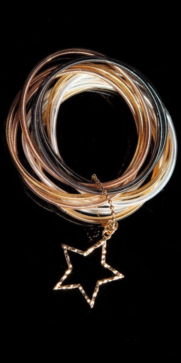 Dámský náramek s hvězdou, Barva mix Dámský náramek, který je tvořený malými náramky, které jsou spojeny přezkou zdobenou hvězdou. K dostání je varianta zlatá a nebo mix – který obsahuje náramky zlaté, stříbrné a černé. …