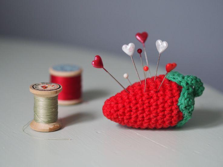 Varför inte förstärka sommarkänslan genom att virka dig en läcker nåldyna i form av en jordgubbe? Passar fint att ta med sig ut på verandan, eller var du nu helst …