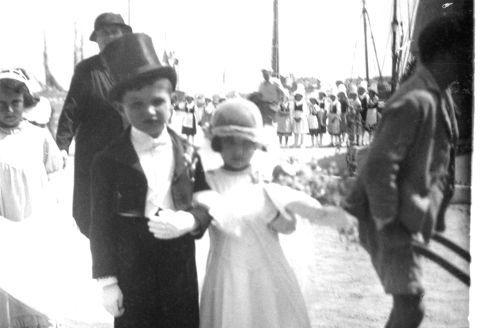 Le jour où l'Amour aurait pu rentrer dans le Code Civil. | Un couple de «mariés» pendant la kermesse des écoles de Joinville-le-Pont, en 1935.