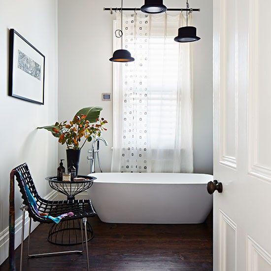 Weißes Bad mit dunklem Holzfußboden