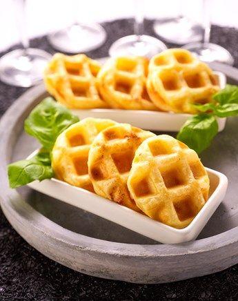 Gaufrette de pâte feuilletée et saumon fumé Faites chauffer un gaufrier. Divisez les abaisses de pâte feuilletée en 12 carrés de 5 cm sur 5. Tartinez chaque carré de pâte d'une couche de sauce au raifort. Garnissez les 6 carrés de pâte de saumon fumé. Couvrez à chaque fois le saumon avec un deuxième carré de pâte. Faites cuire les gaufrettes dans le gaufrier et servez-les chaudes.