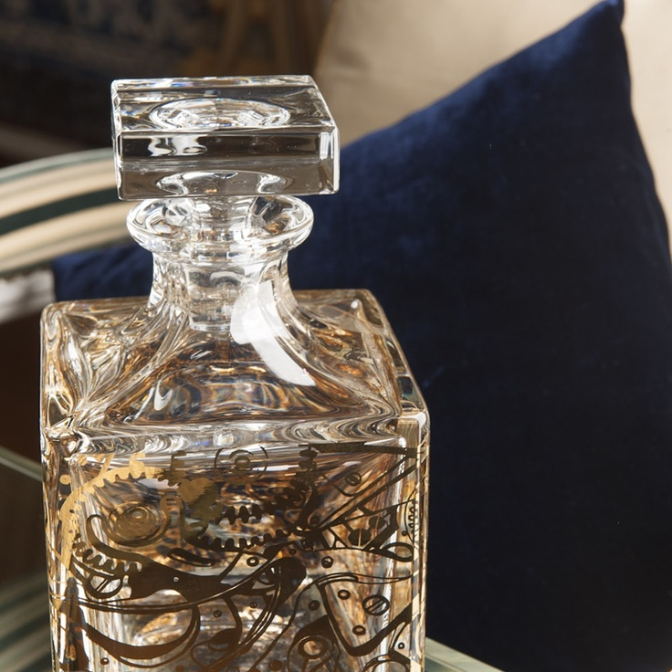 Whisky Decanter CRONOS; Tableware BREST –  Home Stylist: Yolanda Noivo/Noir et Chocolat