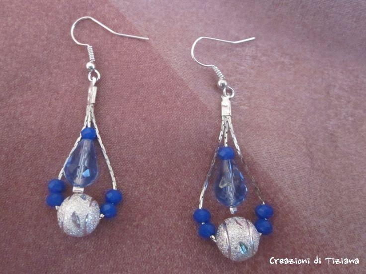 Orecchini a forma di goccia con pietre blu e sfera argentata