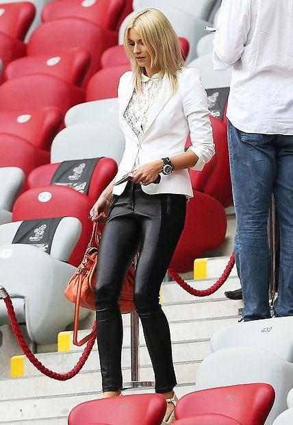 Fashion-Looks: Ein Schwarz-Weiß-Look für Fortgeschrittene: Lena Gercke trägt zur sexy Lederleggings eine weiße Spitzenbluse plus weißen Blazer mit akzentuierten Schultern.