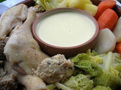 POULE AU POT (Pour 6 P : 1 poule de 1,2 kg, 3 carottes, 3 navets, 1 petit chou vert, 6 patates, 3 branches céleri, 3 blancs de poireaux, 1 gros oignon + 6 clous de girofle, 1 bouquet garni, 3 c à s de gros sel) (FARCE : 300 g de chair à saucisse, foie + gésier de la poule, 2 tranches de pain de mie, 10 cl de lait, 2 échalotes, 2 gousses d'ail, 1 oeuf, persil, sel, poivre, muscade) (SAUCE : 30 g de beurre, 30 g de farine, 50 cl du bouillon de cuisson, 1 jaune d'oeuf, 30 cl de crème fraîche)