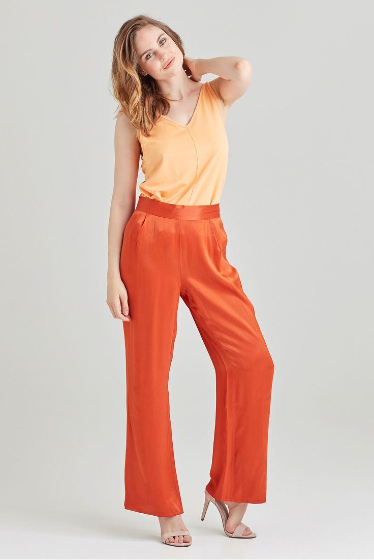 Moderne bukse med høyt liv og vide ben. Stoffet har fint fall med flott glans…