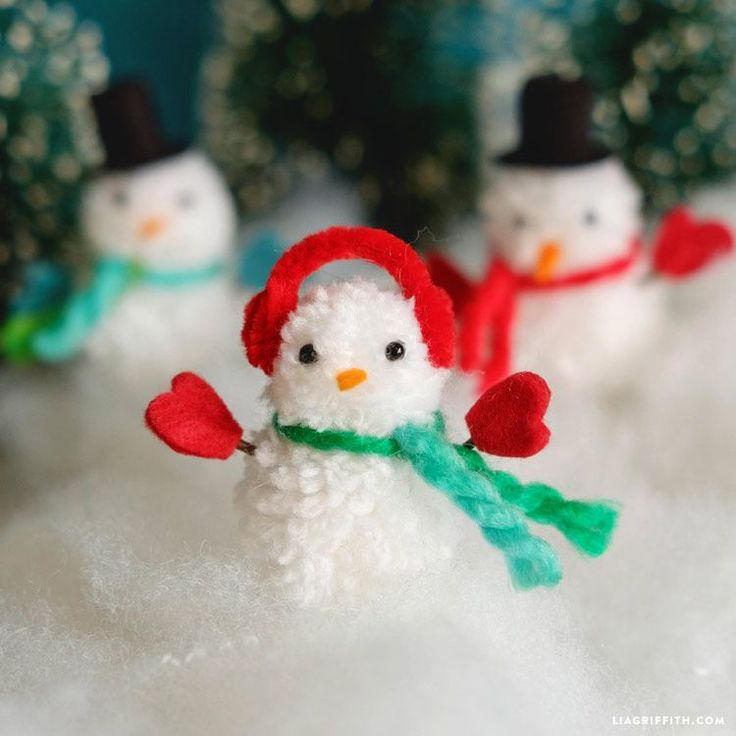 Learn how to make these easy and adorable DIY snowman ornaments for your Christmas tree with yarn pom poms. This is a wonderful and safe kid's craft!