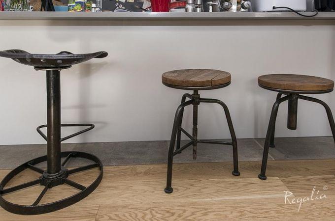 meble industrialne - hoker-stołek z metalu z odzysku