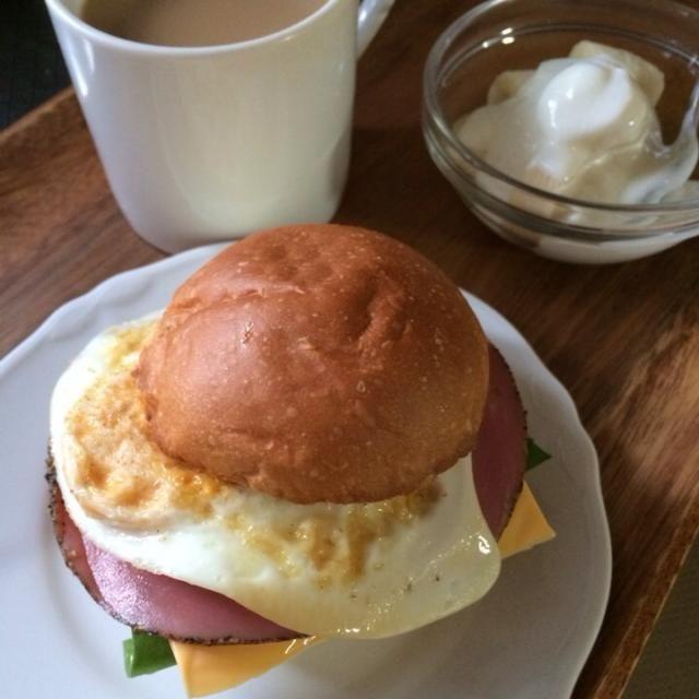 今朝のオット朝ごはん。 - 21件のもぐもぐ - サンドウィッチ(サラダほうれん草、チーズ、ハム&目玉焼き)、バナナ&ヨーグルト、カフェオレ by schenklu