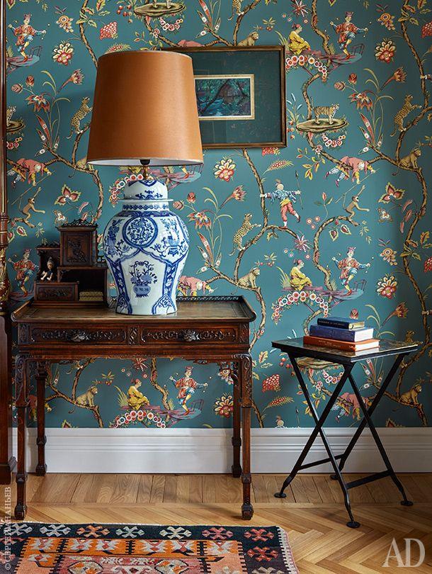 Фрагмент спальни. На антикварном столике в стиле шинуазри — лампа, Asiatides. Обои Chinoise Exotique, Scalamandre.