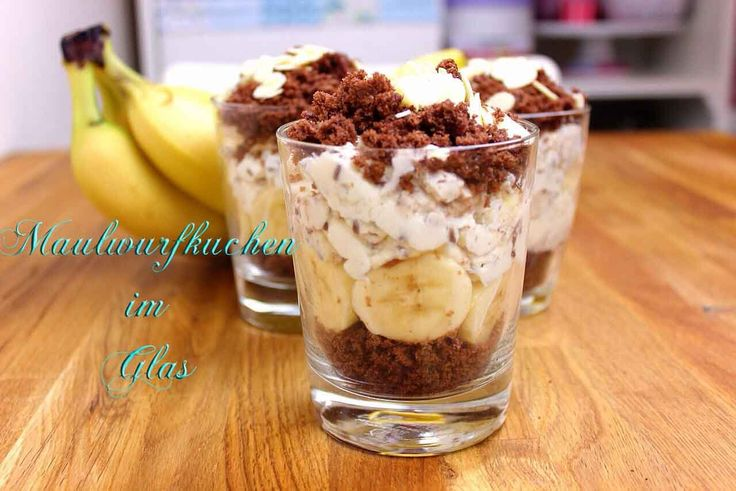 Dieser Maulwurfkuchen im Glas ist ein tolles Dessert für Deine Gäste. Saftiger Schokoladenkuchen kombiniert mit einer erfrischenden Creme und fruchtigen Bananen. Er ist etwas aufwändiger, es lohnt sich aber auf jeden Fall! Viel Spaß beim Ausprobieren.<b><br><br>Maulwurfkuchen im Glas</b><br><br><b>Zutaten</b> <br><br><u>Für den Teig:</u><br>1 Ei<br>90 g Mehl<br>80 g Zucker<br&g...