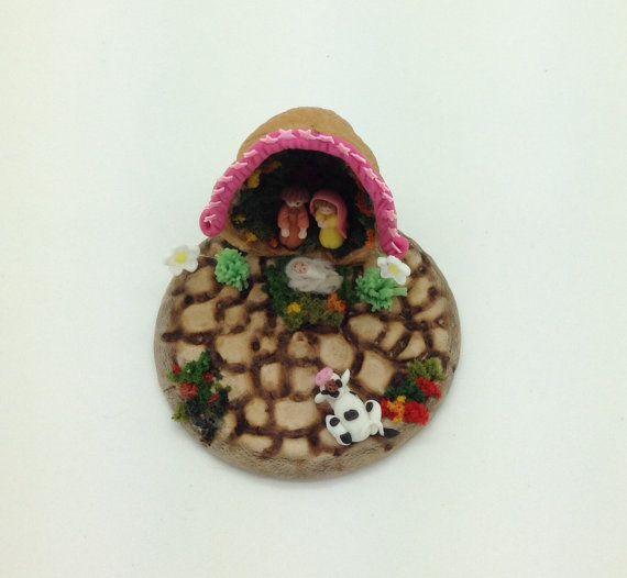 Nacimiento en miniatura,la casita es una cascara de nuez, Maria,José y el niño Jesús.