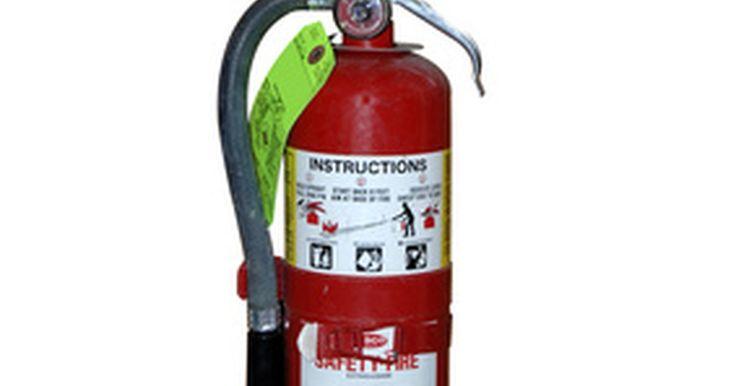 Como encher um extintor de incêndio. Deve-se testar todos os extintores de incêndio uma vez por ano. Se não usar seu extintor, é preciso reabastecê-lo uma vez a cada seis anos. Se usá-lo, reabasteça-o com maior frequência. É possível reabastecer extintores de incêndio sem ser especialista, de modo que, em caso de poucas unidades, comprar novos extintores não é economicamente ...