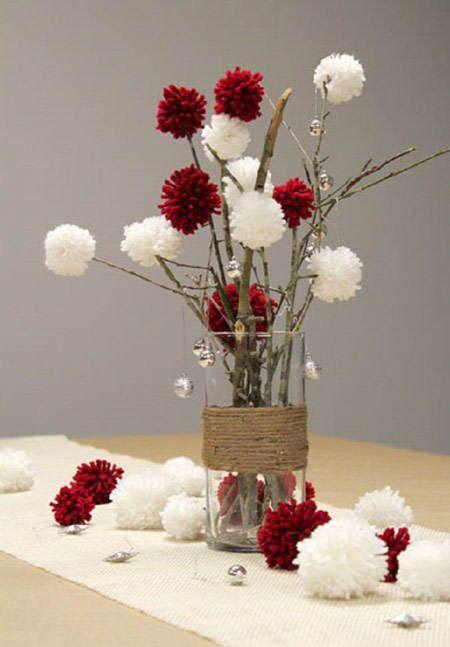 Idea deco: centro de mesa DIY hecho a base de ramas secas y pompones de lana rojos y blancos. El vaso está decorado con cuerda #ideas #decoracion #Navidad