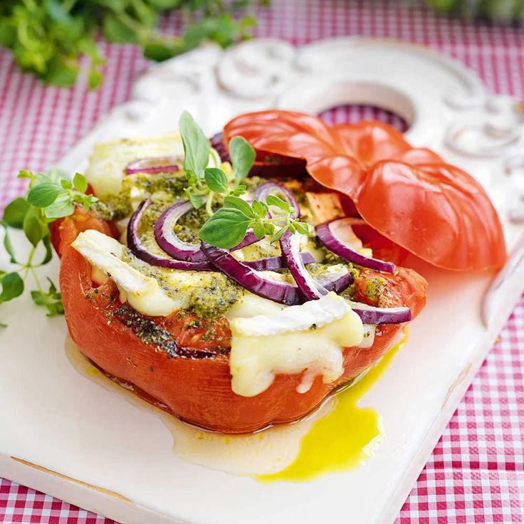 Ugnsbakade tomater med brieost, pesto och rödlök. Toppa med oregano.