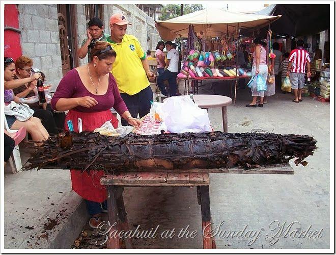 El zacahuil es un tamal que puede llegar a medir hasta 5 metros en algunos lugares y se cocina en un horno de leña. Es muy popular en la región huasteca, que está formada por los estados de San Luis Potosí, Hidalgo, Tamaulipas, Veracruz, e incluso el estado de Querétaro, donde se vende comúnmente los fines de semana en los mercados locales o se prepara para bodas y otros acontecimientos especiales. (La masa tiene una textura menos fina que la que se usa para tamales comunes). El zacahuil…