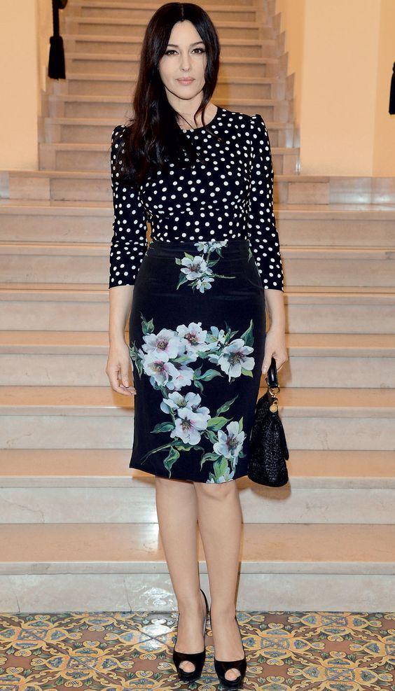 Monica Belucci, blusa de bolinhas de manga, preto e branco, saia floral, sapato preto