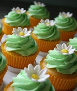 daisy cupcakes-LOVE the mint color