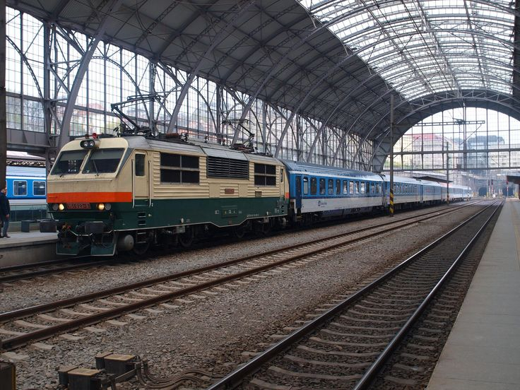 https://flic.kr/p/TTyPMF | Prague - Hl. N. 03-04-2017 (52) | Czech Railways 151023 awaits departure with the 16.22 Praha Hl. N. to Zilina in Slovakia. The station roof has recently been refurbished.