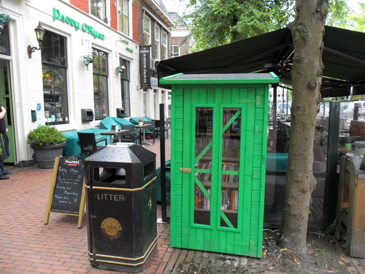Boekenkast buiten bij Irish Pub Paddy O'Ryan, Tweebaksmarkt.  Open als Paddy's ook open is.