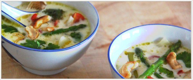 kokossoep met witte kool, groene asperges, cashewnoten en oesterzwammen. Een lekkere, pittige, voedzame maar lichte maaltijd.