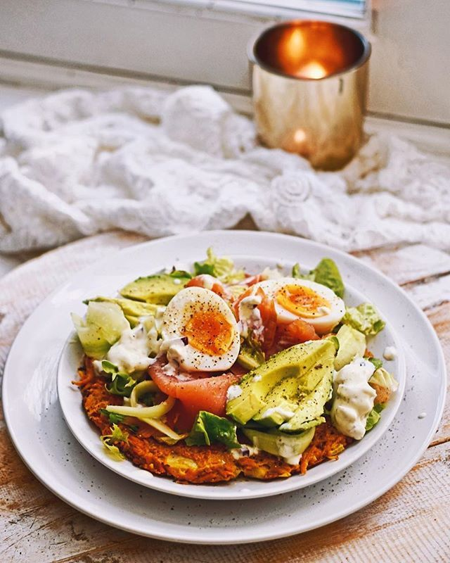 RÖSTI SALAD 🥑 • Ready to eat a little bit healthier again after all the festive snacks? Same here 👏🏻 You should definitely try this sweet patato rösti and smoked salmon salad! Recipe? #linkinbio Promise you will ENJOY it 💛 With love #healthywanderlust