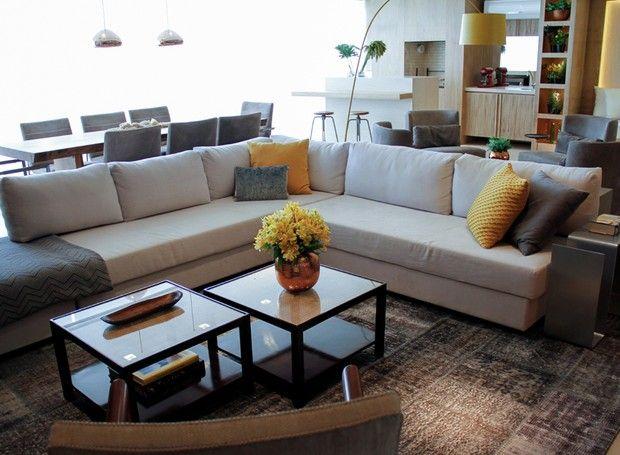 As mesas de centro, da Scapanelli, que compõem a sala de estar, têm tampo de palhinha e vidro. Sofá em L, da Micasa. Tapete, da Phenicia Concept