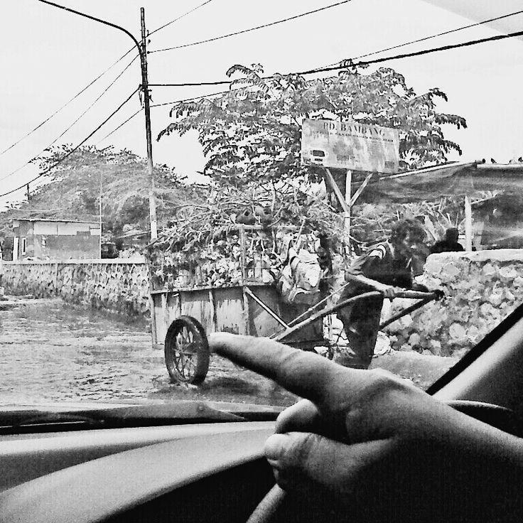be thankful with what you have. life is never easy #life #humaninterest #photography #streetphotography #neniisoehartono #blackandwhite
