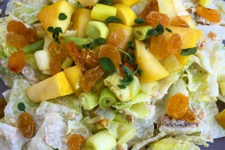 Jemný salát s pórkem, jablky a ořechovou zálivkou
