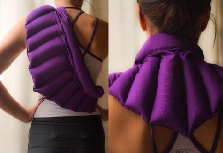 Esta nueva almohada esta diseñada para usarla en la espalda o alrededor del cuello. Nuestras Pillowstress están confeccionadas con suaves telas de algodón 100% natural. En su interior contienen semillas finamente seleccionadas y un exquisito aroma a lavanda. Son ideales para tomar un descanso.  Modo de usos Caliente: calentar durante 3 minutos en horno microondas. Fría: Colocar la almohadilla en la nevera, dentro de una bolsa plástica durante 2 horas. Los resultados son excelentes.