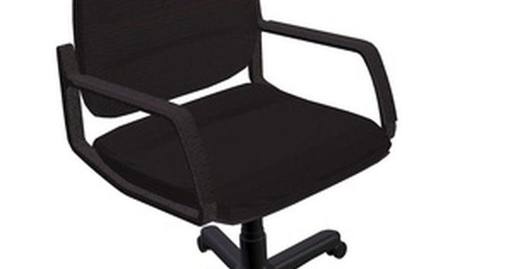 Cómo arreglar una silla de oficina que cruje. Una silla de oficina que emite crujidos continuos, chirridos y otros ruidos desagradables es molesta no sólo para ti sino para todos los demás en la oficina. En muchos casos estos chirridos y crujidos se pueden arreglar en sólo unos pocos minutos. Pero no importa cuánto tiempo tome, tus compañeros de oficina sin duda apreciarán que te hayas tomado ...