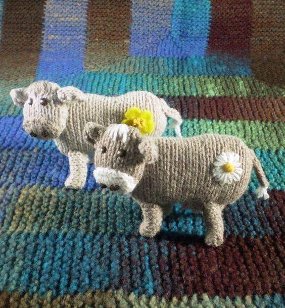 Padrão de tricô livre para brinquedos de vaca Buttercup e Daisy - cerca de 10 cm / 4 ...