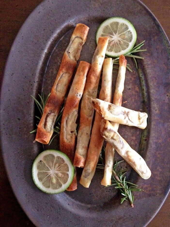 おかずにもおつまみにもなるスティック春巻き。すだちやローズマリー以外の柑橘類やハーブでも、絶妙の相性!|『ELLE gourmet(エル・グルメ)』はおしゃれで簡単なレシピが満載!