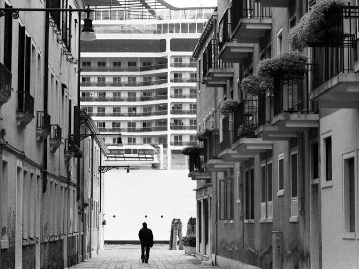 Ridiamo la parola alle immagini del maestro Gianni Berengo Gardin... almeno su web non possono impedire di condividere questa grande denuncia.#Venezia #NoGrandiNavi