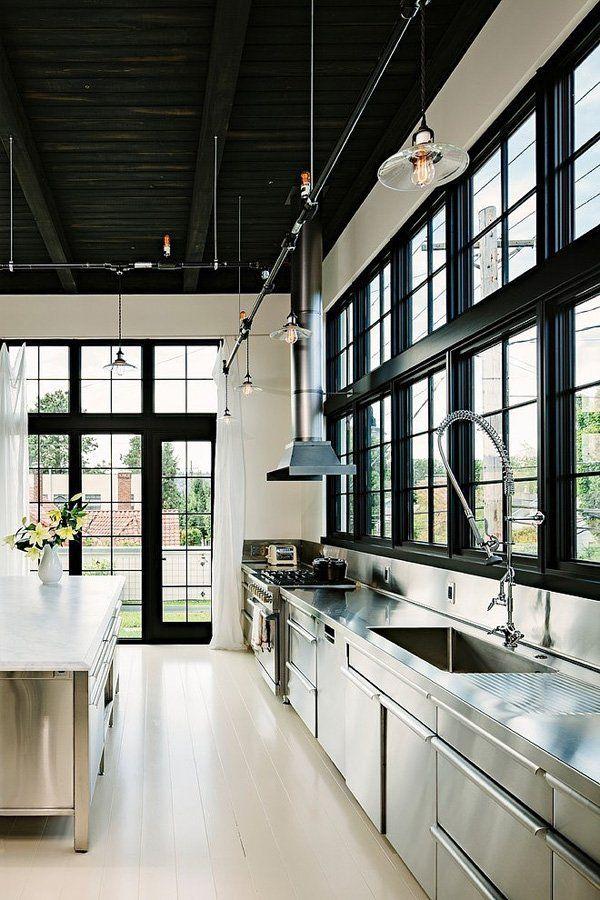 reforma cocina, estilo industrial, loft rehabilitado, muebles acero inoxidable, isla central, suelo parquet pintado de blanco. presupuestON.com