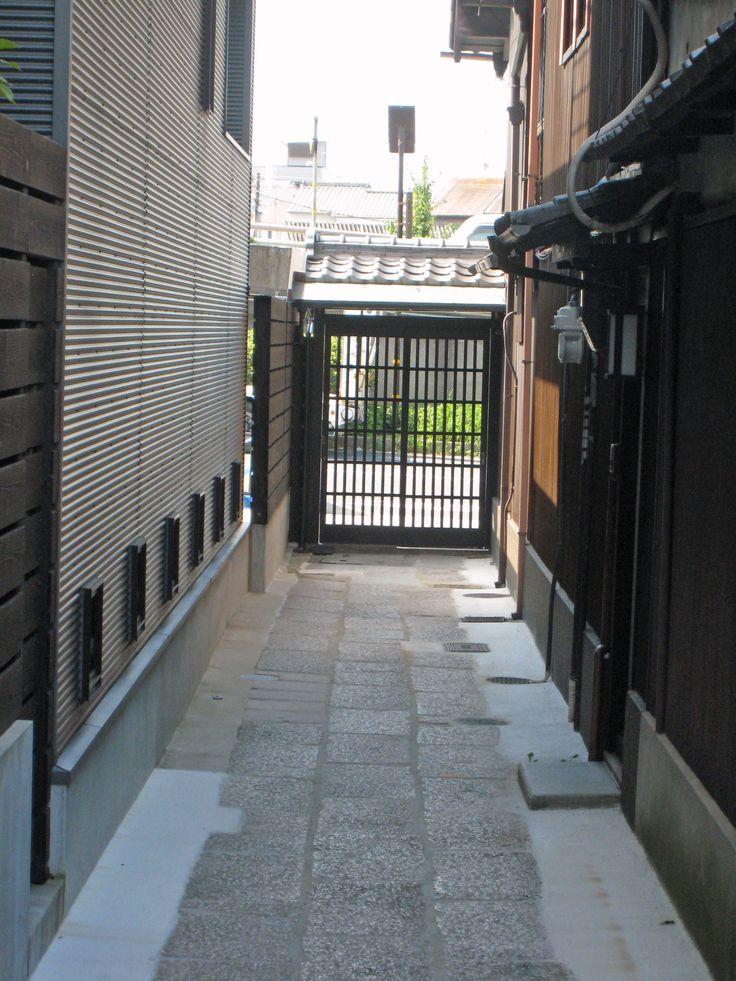 120メートル四方に区画された平安京。通りに面した場所には店が出来る、従って土地活用のため露地ができ奥に民家が建つ。