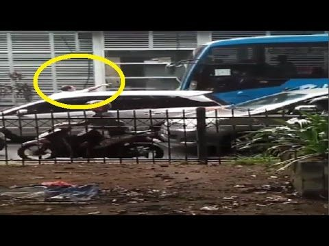 Detik-Detik Seorang Bapak Ngamuk Gegara Mobilnya Disruduk Transjakarta d...