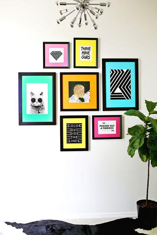 Quadrinhos divertidos _ composição na parede com molduras pretas e margens coloridas em papel colorset _ fácil e dá um belo resultado na decoração (a beutifull mess)
