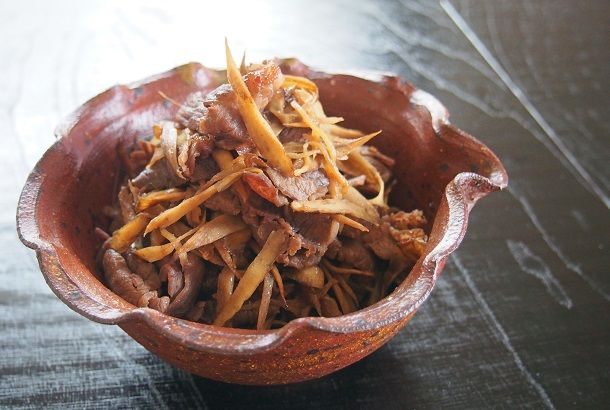 しぐれ煮とは短時間で仕上げる煮物のこと。(参照:語源由来辞典) ごはんがすすむ、簡単おかずです。おうどんにのせて「肉盛りうどん」にしても美味しいですよ♪ お弁当のおかずにするときは、煮詰めて汁気を飛ばしましょう。 『牛肉とごぼうのしぐれ煮』 ・しょうが(1かけ) ・ごぼう(1本) ・牛肉・薄切り(200g) A ・しょ...