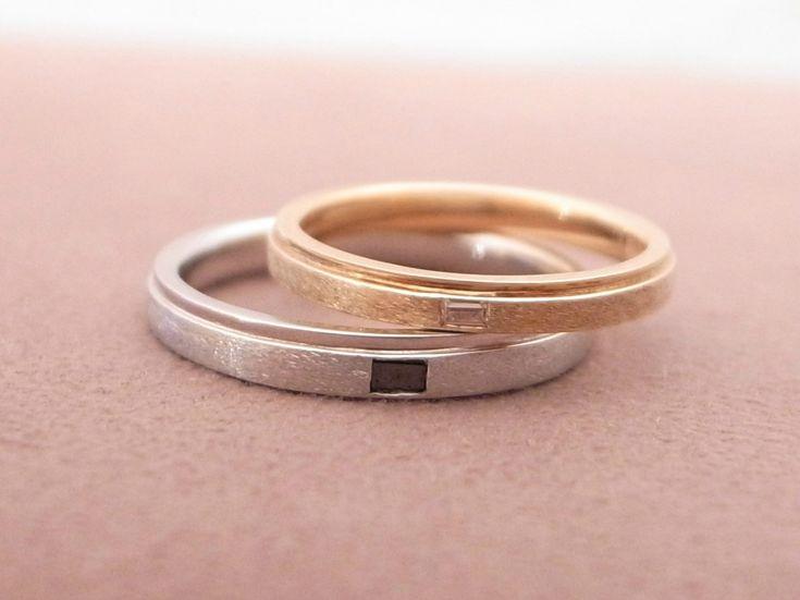スターダスト仕上げと鏡面仕上げの絶妙なバランスとブラックダイヤの輝きがシャープな印象の結婚指輪