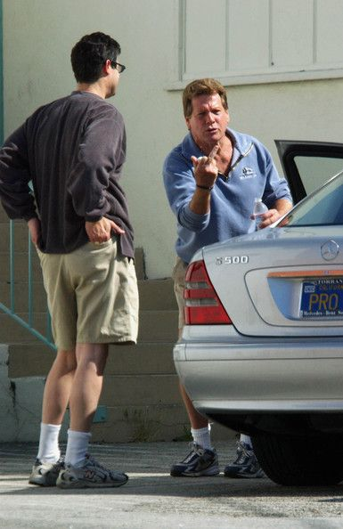 Ryan O'Neal Photos Photos - RYAN O'NEAL SWAPPING TALES WITH A PAL BEHIND HIS GYM IN BRENTWOOD, CA. - Flipping the Bird