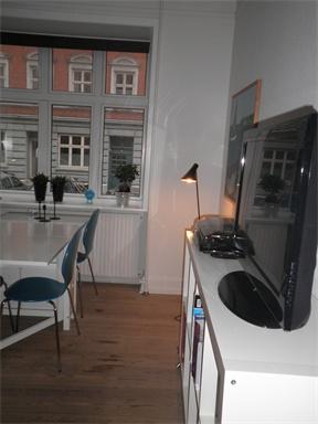Lækker andelsbolig i aarhus c     Fin 2. vær. andelsbolig i beliggende helt centralt i Aarhus. Tæt på alt men alligevel et roligt område uden støj og mange biler.    Fælles vaskeri i kælderen og hyggelig gårdhave er et stort plus.   Den er en høj stue hvor det ikke er muligt at se ind.   God økonomi og rar atmosfære i opgangen.