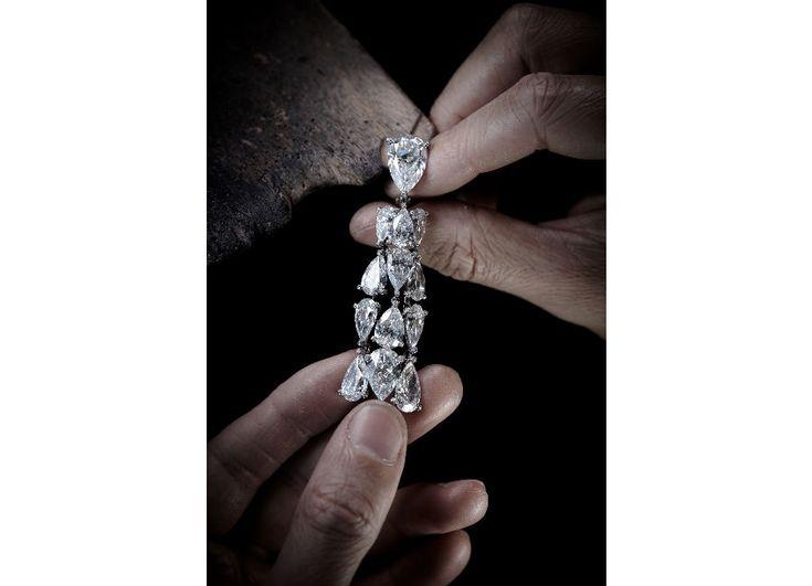 festival di cannes - de Grisogono - Love on the Rocks - Orecchini di alta gioielleria - Pezzo unico - Oro bianco, 26 diamanti bianchi taglio poire (66,91 carati), 1.436 brillanti bianchi ( 5,48 carati).