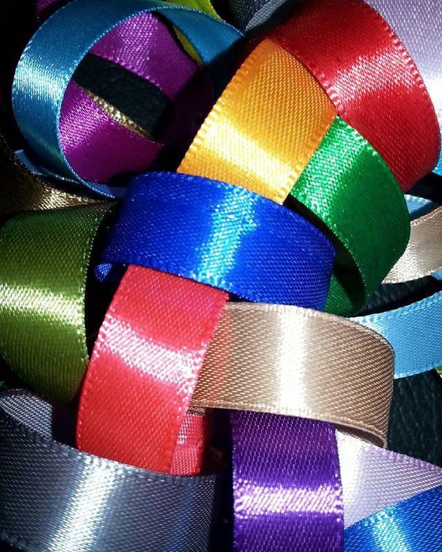 Детали 🎇🎉 Ассорти!  Яркий, эмоциональный венок из атласных лент.  d=18 см В наличии и на заказ(по цветовой гамме, сезонности, праздничному мероприятию, детский, в корпоративной цветовой гамме и с логотипом и т.п) #made_by_swekla #дизайнинтерьера #необычныйподарок #оформление #интерьер #декор  #предметыинтерьера  #оформлениесвадеб #оформлениеофиса #праздник #декоратор  #венок #лофтпроект #loft #loftdesign #атласныеленты #венокнадверь #стильно  #дизайн #дизайндома #дизайнер…