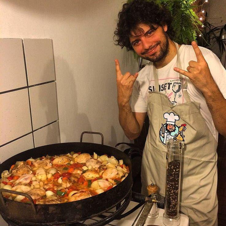 Receta: Fiebre de Pollo al Disco por La Noche Hace unos días hice un Periscope (me pueden seguir con@LaGuerrillaFood mismo arroba que en Twitter) con la receta en vivo y en directo. Ahora se las paso por acá total es muy fácil de hacer. Ingredientes (para 8 personas): -4 parejas de papa-muslo (8 patas 8 muslos) -1/2 kilo de ají morrón (rojo) -1/2 kilo de ají verde -1/2 kilo de cebolla de verdeo -1/2 kilo de zanahoria -1/2 kilo de cebolla -2 latas de tomate perita -1 botella de vino blanco…