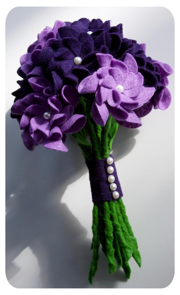 Imatges trobades pel Google de http://3.bp.blogspot.com/-PCaGjXNMvsQ/TpY-XnMexCI/AAAAAAAAAPY/fXCIZ708yyE/s1600/tsahdesigns_etsy_alternative_non_floral_off_beat_bridal_wedding_bouquet_purple_felt_pearl_unique_diy_spring_fall_beautiful_fabric_hand_made.jpg