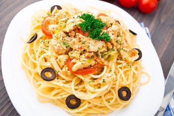 Спагетти с курицей и оливками, ссылка на рецепт - https://recase.org/spagetti-s-kuritsej-i-olivkami/  #Паста #Рецептыдлядетей #Рецептыдлядиабетиков #блюдо #кухня #пища #рецепты #кулинария #еда #блюда #food #cook