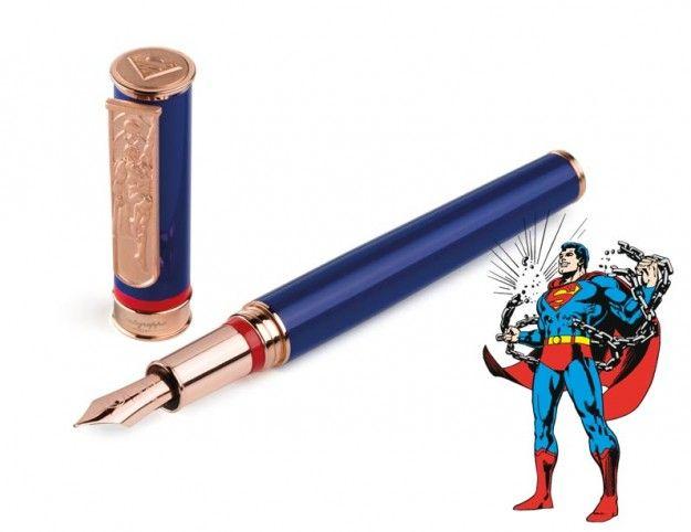 A empresa italiana Montegrappa é uma renomada fabricante de canetas de luxo e acaba de produzir uma série de canetas com os maiores heróis e vilões da DC Comics.  A série traz oito canetas, entre modelos tinteiro, rollerball e esferográfica, com os personagens: Superman, Batman, Mulher Maravilha, Lanterna Verde, Mulher-Gato, Coringa, Charada e Pinguim.