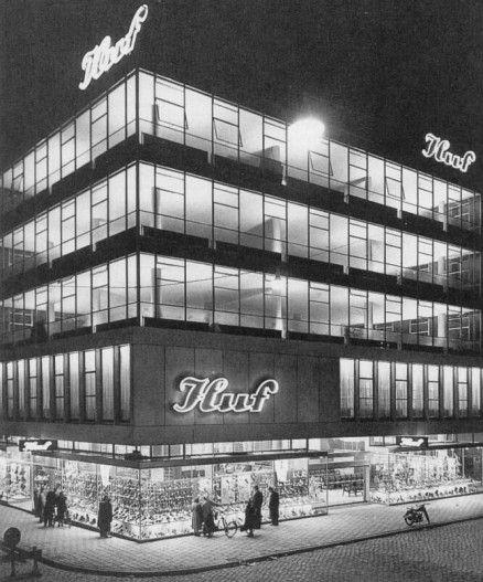 Het Hufgebouw op de hoek Hoogstraat/Westewagenstraat werd in 1953 ontworpen door de architecten Van den Broek & Bakema. Het werd een jaar later in gebruik genomen door het schoenenmagazijn Huf waaraan het pand zijn naam dankt. Het gebouw van vijf verdiepingen was de eerste glas-en-staalconstructie in het na-oorlogse Rotterdam.